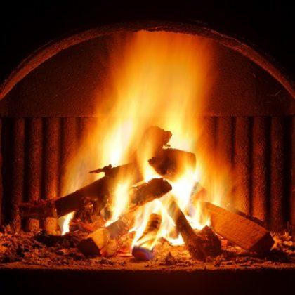 איך נשמור על זהירות מאש בעת התקנת קמין עצים בבית?